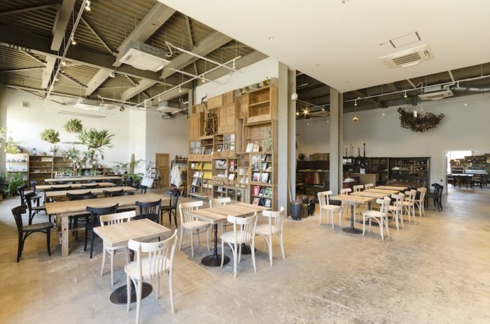 デリカテッセンスタイルのカフェの先には、さまざまなモノが集積したショップが続く。