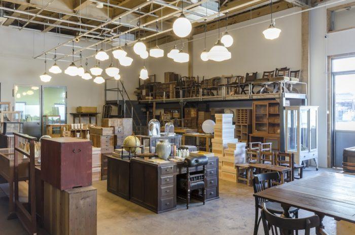 設計を担当した「焚火工藝集団」は、大正や昭和初期に作られた家具を現代の暮らしに合わせてリペアしている。