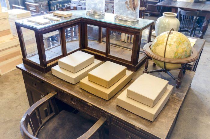 CASICAのオリジナルアイテムは竹内紙器製作所によるオリジナルボックス。箱の裏にはロゴが箔押しされている。