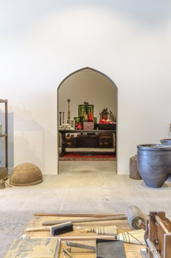壁の奥は天井高13mもあるギャラリー。時期によって展示内容を変える。