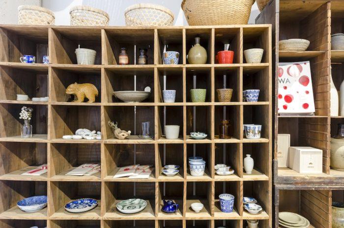 「amabro」のそば猪口と大正や昭和初期の豆皿が同列に並ぶ。