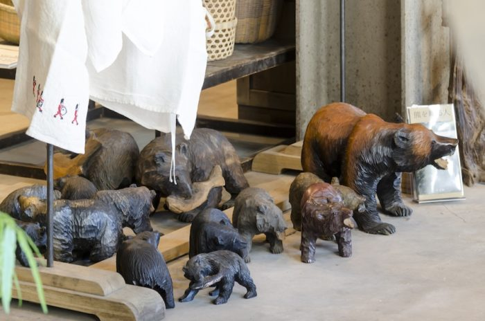 北海道の民芸品としても知られる木彫りの熊も大小さまざまなサイズで展開。