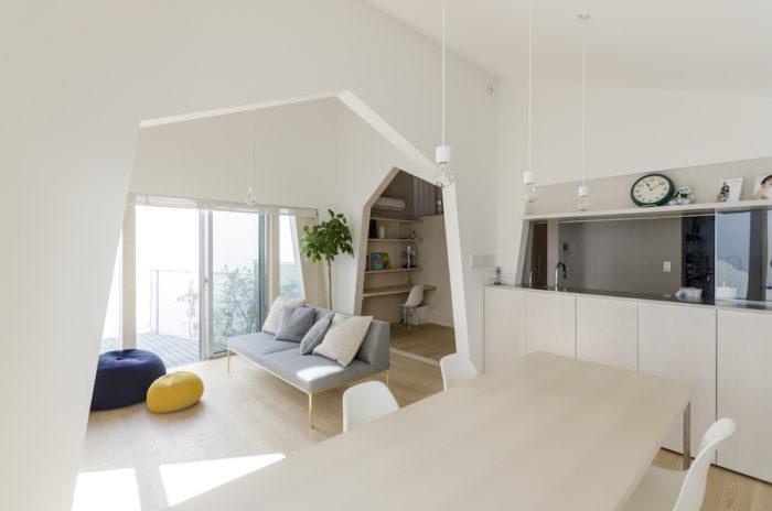 ダイニングテーブルはこの家のためのオリジナルデザイン。富永さんが勧めた椅子が気に入り、椅子にあった高さに設定したという。