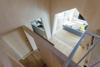 書斎のあるレベルからリビングとキッチンを見下ろす。
