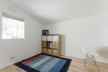 2階は将来の子ども部屋。現在は書斎スペースとして使われている。