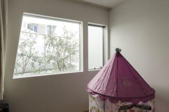 1階の子ども部屋からもオリーブの木が見える。