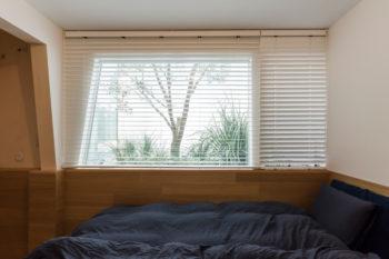 「穴蔵のような感じが楽しい」(奥さん)という半地下の寝室。地下部分は仕上げを変えている。目の前にオリーブの木が見える。