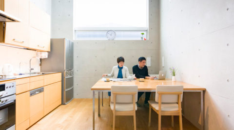 光や風に満たされる地下2階、地上2階建坪8坪で豊かに住まう