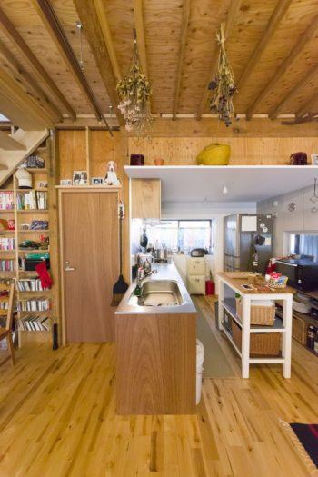 キッチンは、低めの白い天井になっている。「天井が庇のように出ていますが、そこには重いものを載せないでくださいと建築家から釘を刺されてます」