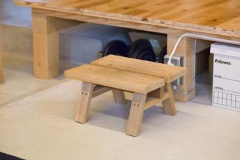 土間と床のレベル差は約36cm。ボックスに日用品など雑多なものを納めて収納。ステップやベンチは、『石巻工房』にオーダー。