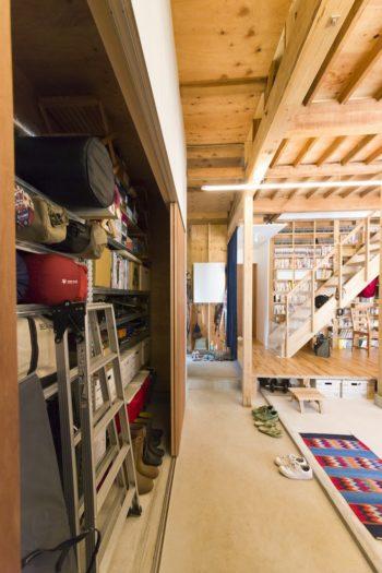 大容量の収納スペースには『メタルシステム』の棚を設置し、アウトドアグッズをたくさん収めた。