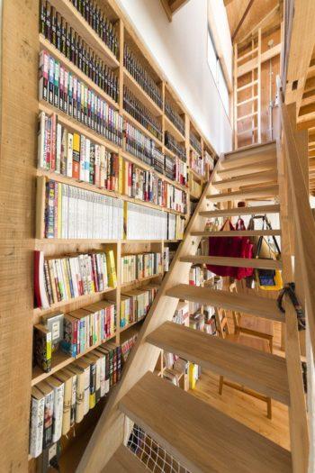 階段横の本棚は、間仕切り壁の隙間にある構造をそのまま利用。「この使い方に飽きたら、壁を貼ってスッキリ見せるテもあります」