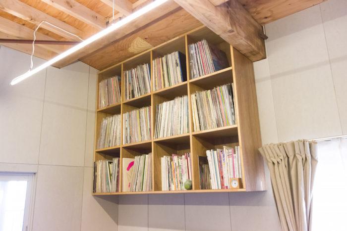 「レコードラックも作っていただきました。重いレコードが宙に浮いているのが不思議です」。蛍光管を使った照明器具もこの空間によく似合っている。