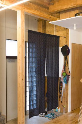 玄関ドアとリビングを仕切るカーテンは、マリメッコの生地。