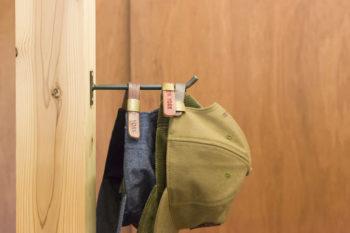 友人のアイアン作家、太田拓見さんが手がけたフックが家のあちこちの柱に。「フックがあればすぐにキャップをかけてしまうので、帽子の数も減りません」