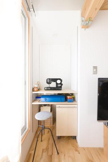 ベッドルームの一角にある奥様の作業コーナー。必要に応じて棚板を増やすことができる。
