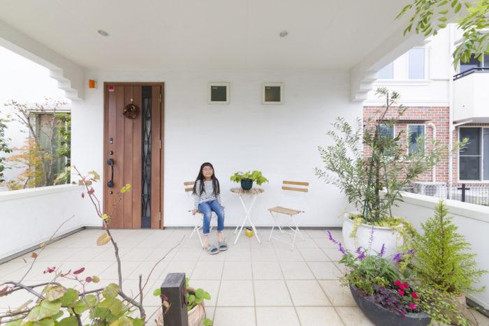 玄関ポーチは子どもたちの遊び場。ガーデンチェアに座ってゲームをしていることも。