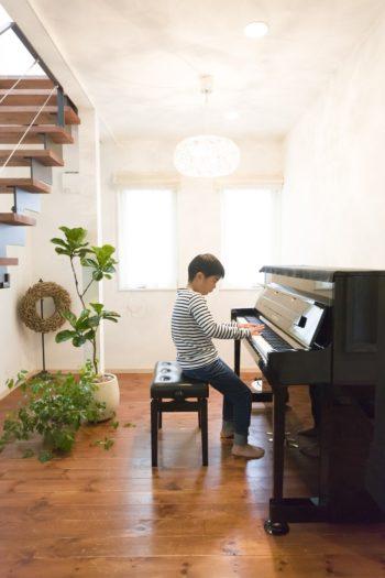 現在、長男と長女がピアノを習っているそう。長男(9歳)が元気いっぱいの演奏を披露してくれた。