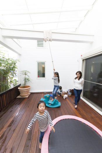 綱登りができるようにロープを取りつけた。長女(7歳)は上まで登り切れるそう。三男(2歳)はトランポリンがお気に入り。
