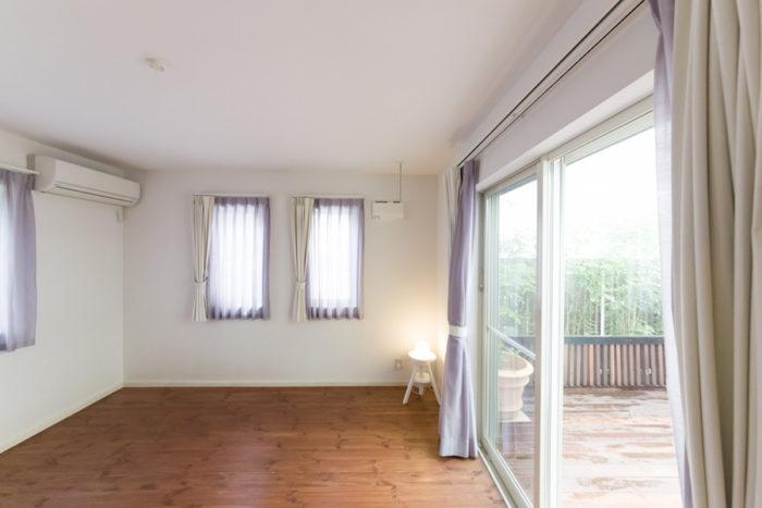 中庭横の部屋は、将来、ご主人のお父様と同居することを想定して造った。現在は、家族6人の寝室で、全面に布団を敷いて寝ている。