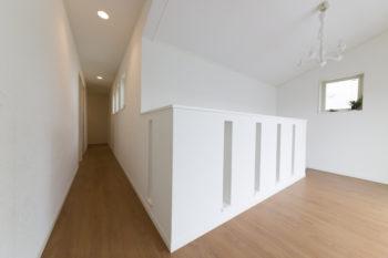 広々とした明るい2階ホール。ヨーロピアン調の造りや照明は、建築家の北原さんの提案。