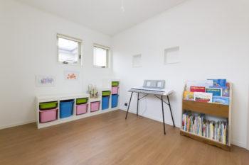 長女の部屋。真っ白な壁にカラフルな収納家具が映える。