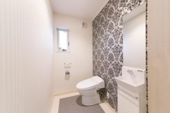 1階トイレ。壁の1面だけを柄物にし、遊び心をプラス。