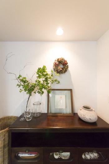 結婚当初に購入した、お気に入りの家具。草木や花器をさりげなく飾っている。