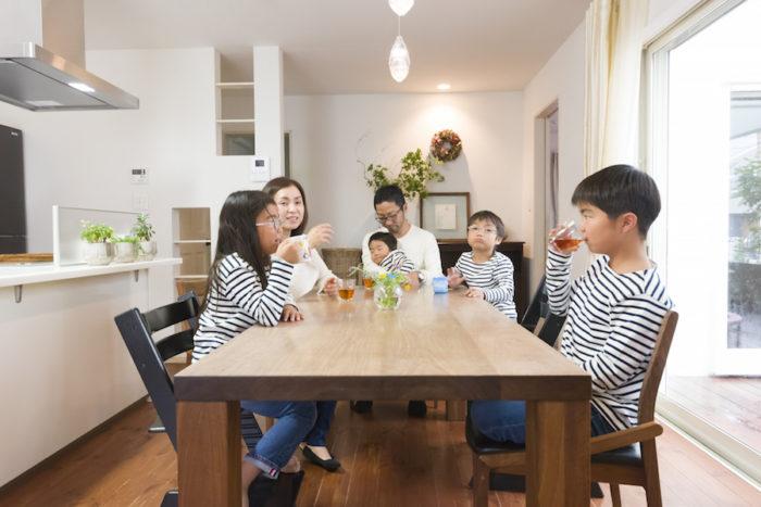 ダイニングやリビングのテーブルは経年変化が楽しめるウォールナットの無垢の家具。「BRUNCH」で購入。