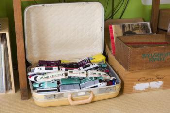 スーツケースにおもちゃを入れて。フリマで買ったりもらったり。スーツケースは増え続けている。
