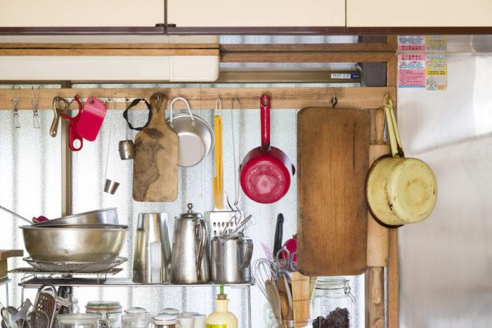 ディアウォールを使って、主に海外で買い集めた調理器具をぶら下げた。使い勝手がよく、大切な器具を眺められる。