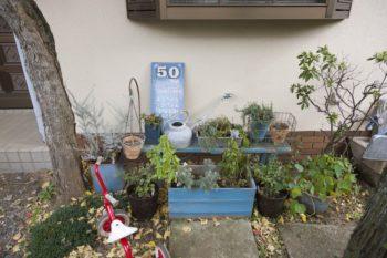 ウェルカムボードと鉢植えのグリーンで、お友達をお出迎え。