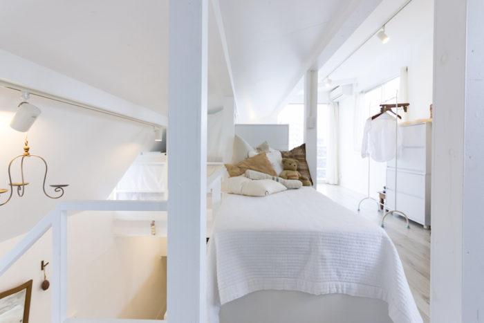 2部屋をワンルームにして、屋根の片側を上に上げた3階のベッドルーム。