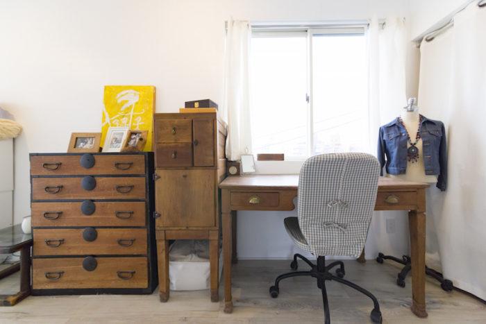 昔から持っているアンティーク家具を置いたコーナー。今はアメリカの大学に行っている長男が子供の頃に描いた絵を飾る。