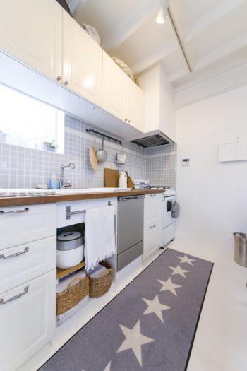 キッチンのタイルは、真也子さんがDIYで貼付けた。