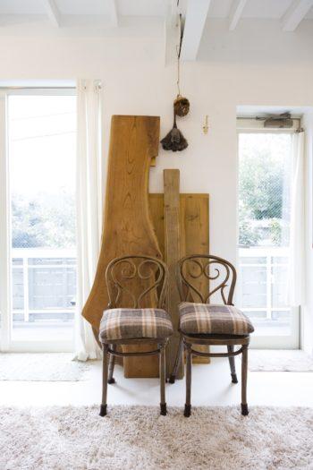 無垢の天板にアンティークの椅子が、味わいを添える。
