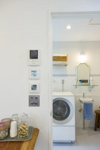 スイッチなどの並びにもこだわった。手洗いはバケツ型が気に入って、サンワカンパンニーで購入。