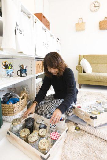ビスやペンキなどをガラス瓶に保管。フィッシュバーン真也子さんは現在、代々木八幡のプリン専門店「POPOCATE」のディレクターを務める。