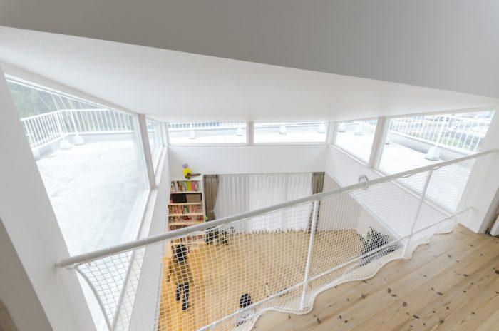 リビング上の吹き抜けは、3方にハイサイドライトがあり、手前(北側)では子ども部屋のある2階ともつながる。
