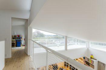 2つの子ども部屋の間につくられた廊下からリビングを見下ろすことができる。