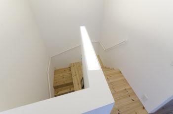 階段室の壁には照明が仕込まれている。
