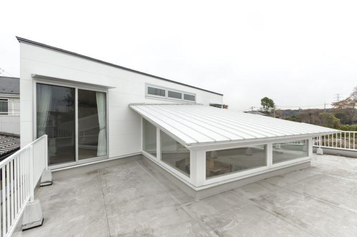 リビング上の天井/屋根が北側の2階から南側に傾斜しているため、ハイサイドライトの高さが南と東西では異なる。