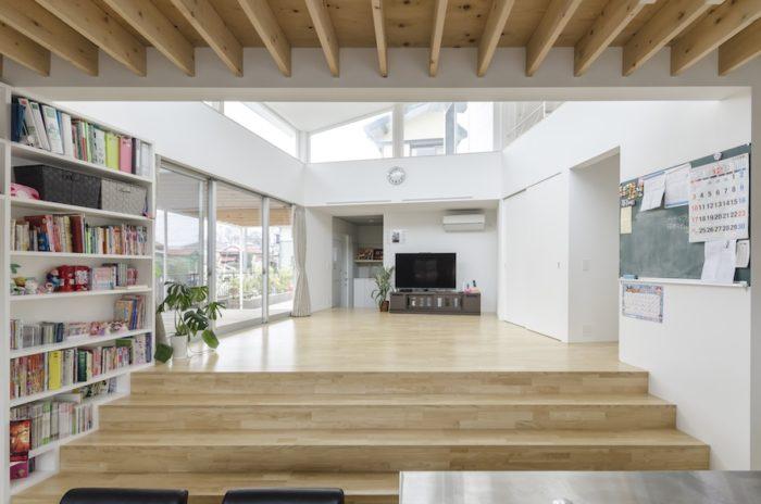 ダイニングからリビングを見る。この2つのスペースは床の位置と天井の高さが異なるため、壁がなくても異なる空間としてゆるやかに区分けされている感覚がある。