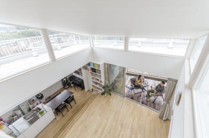 2階からは、夏場にはよくバーベキューをするというウッドデッキまで視線が通る。