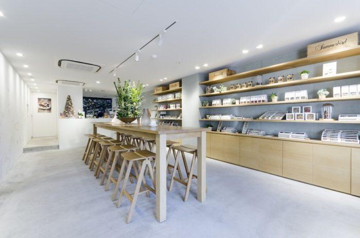 木を多用した店内はシンプルながら温かみがある。