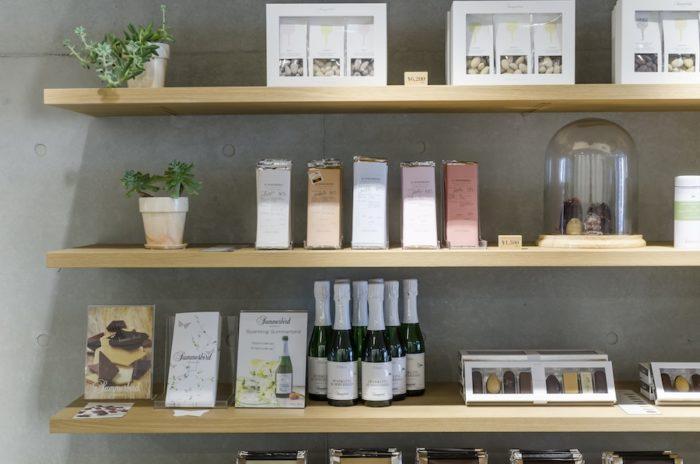 中央の棚に並んでいるのが「チョコレートバー」。ミルク49%、ペルー61%、ホワイト36%、アンバー36%の4種類を展開。