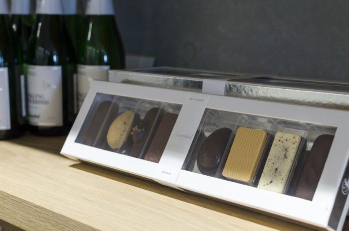大粒のチョコレートが8種類入ったギフトボックス「プティ フール」。