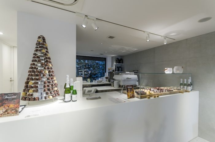 イートイン用のチョコレートが並ぶカウンター。エスプレッソマシンを設置し、芳ばしいコーヒーも提供する。