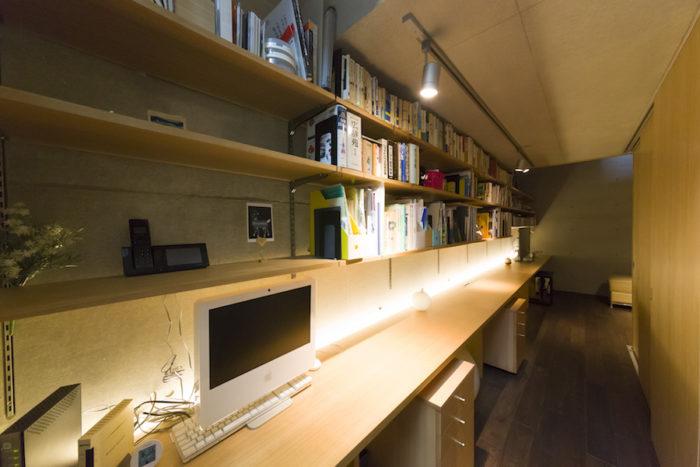 地下2階の壁一面に造作したカウンターは6.6m。1階よりも濃いめのカラーの床とバックライトが大人の空間を演出。