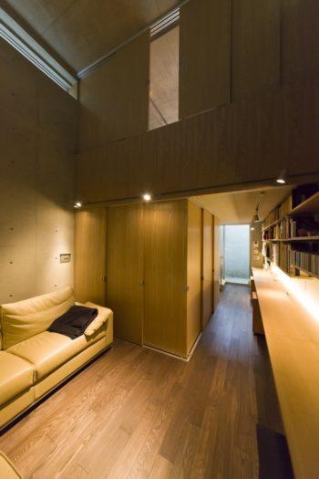 奥のドライエリアからも光が入る。天井の高さの変化で異なる居心地が得られる。